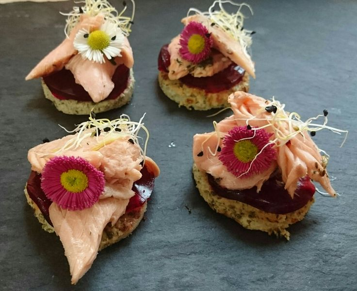Blomkålsbrød med rødebedesky og bagt ørred. Fra vores nytårstapas