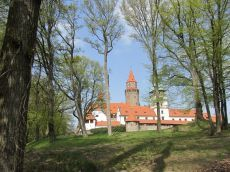 Pohádkový hrad Bouzov byl založen již ve 14. století. Dnes láká k návštěvě spolu s historickým areálem, kde je i Trojský kůň.