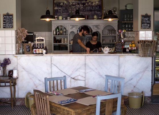 Marvila, el barrio secreto de Lisboa | Via El Viajero_El Pais | 28/12/2015 Los viejos almacenes de vino alojan centros creativos y espacios de 'coworking'. Galerías originales, cerveza artesanal y cafés con una calculada no-decoración. Lo más innovador de Lisboa está en este barrio junto al Tajo #Portugal