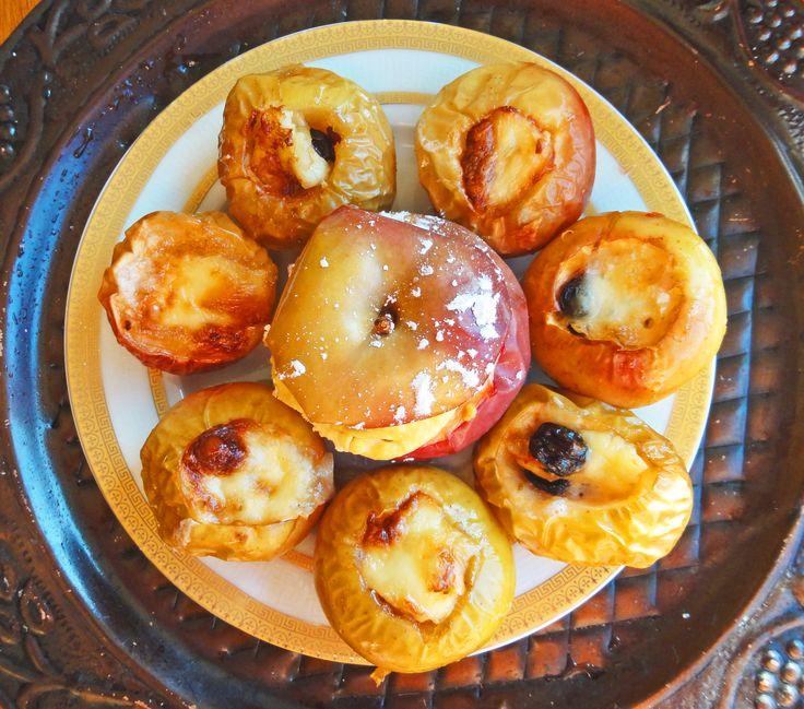 Райские яблочки запеченные с изюмом и сыром бри  Вырезаете сердцевинку, заливаете туда кленового сиропа, вкладываете изюм, и наталкиваете бри (без белой корочки)сколько поместится. Запекаете при 380F или 195С, пока сыр не зарумянится.