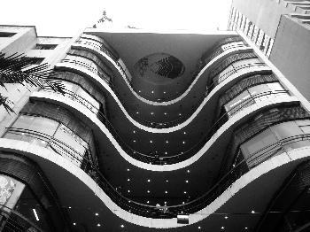 """Galeria do Rock - manuela Eu tirei essa foto, com o intuito de mostrar como é a arquitetura deste prédio, que relata um a estrutura de prédios de hoje em dia, diferente de todo o cenário que ficou congelado no tempo e não evolui, tornando uma importante e chamativa construção. É importante também notar, que o ângulo foi um elemento muito essencial para a foto, assim foi possível perceber as """"curvas"""" e o que há no interior no edifícil que o faz tão especial."""