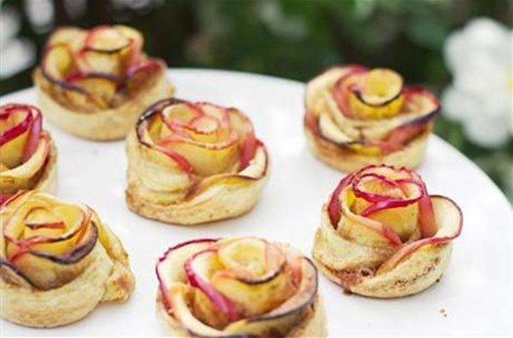 Une recette très simple ! Réalisez de jolies roses aux pommes à croquer en dessert pour la fête des mères, la St valentin ou juste pour épater vos invités....