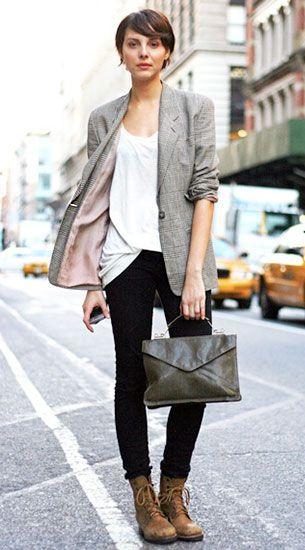 รองเท้าบู๊ท Timberland, เสื้อสูท, เสื้อยืดสีขาว, กางเกงสีดำ