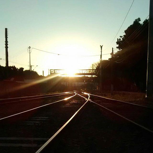Estamos amanhecendo!!! Bom dia ferroviários!!! Jobmrs Bom sábado!!!! Fim de semana!!!  #ferrovia #treno #train #trem #brazil #eisenbahn #railways_of_our_world #olylife #ferroviaathlete #trains_worldwide #foto #trilhos #railway #datlife #italy #weightlifting #eisenbahnbilder #stronger #olympicweightlifting #italia #treni #weightlifter #stazione #summer #crossfitapparel #veteranowned #crossfit #sp #железнаядорога #eisenbahnfotografie by adelyaraujom
