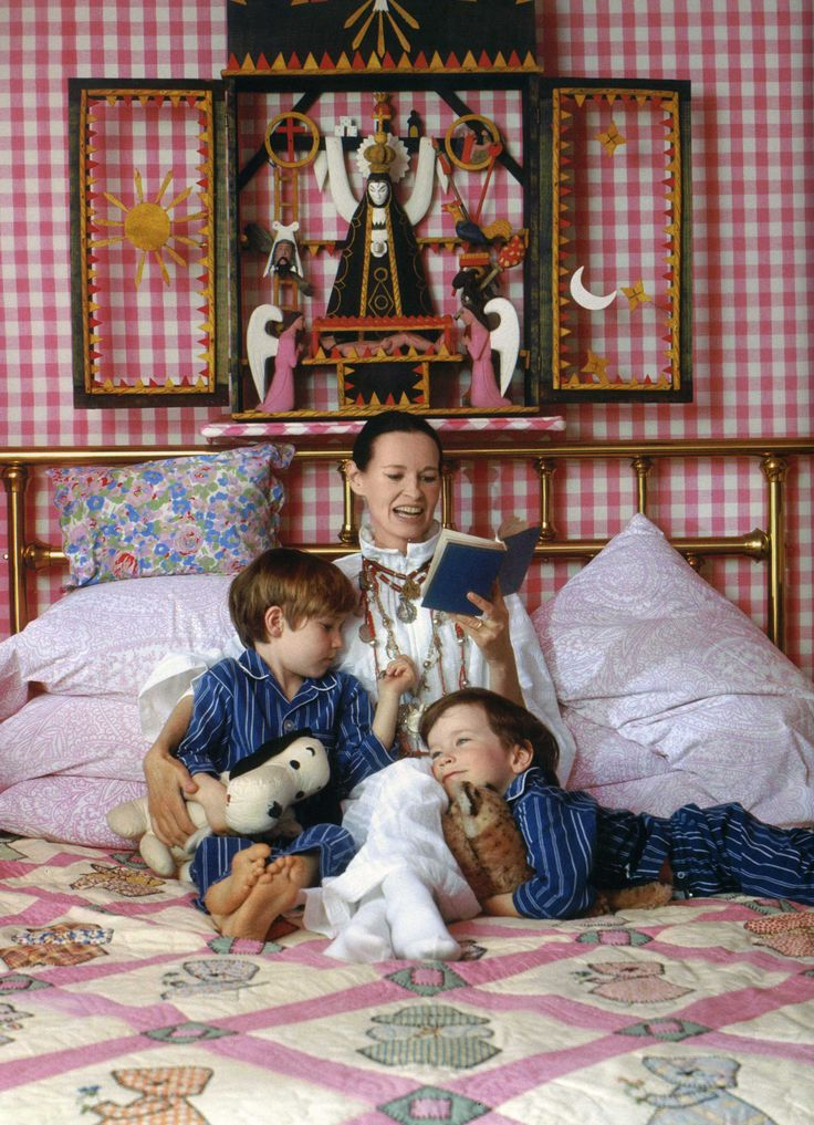 Gloria Vanderbilt with her sons Carter and Anderson Cooper.- okay, what is that piece of art above their head???