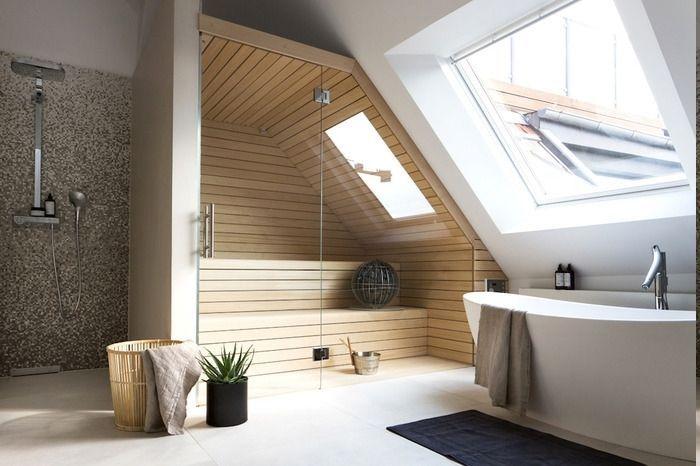Bad mit Sauna für zwei Personen mit kleinem Dachfenster, schwarze Fußmatte, W… #Bad #dach…