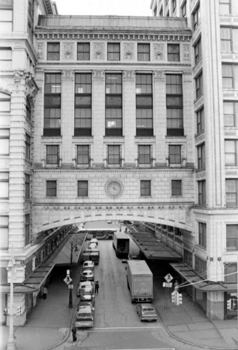 Crowley's Department Store - Old photos — Historic Detroit.  This was a bridge between two buildings
