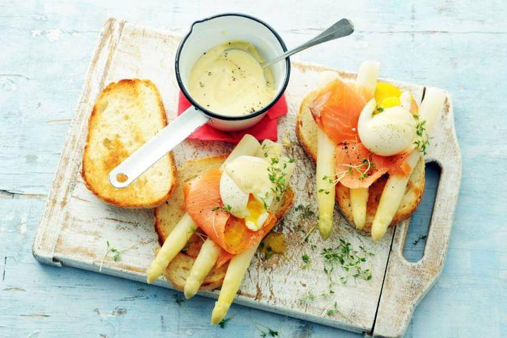 Asperges met zalm, verrukkelijk! Voor de zelfgemaakte hollandaisesaus mag je met kant-en-klare mayo een beetje valsspelen - Recept - Allerhande