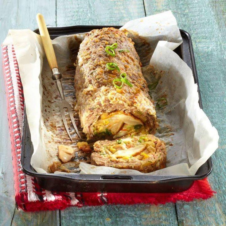 1.Într-un castron, condimentează carne tocată cu sare și piper. Încorporează laptele și jumătate din cantitatea de cașcaval. Acoperă și lasă la rece 15 minute. 2.Separat, călește ceapa în untul topit împreună cu ciupercile feliate și ardeiul tăiat în cubulețe. Presară un praf de sare și piper. La final, toarnă trei ouă bătute cu restul de …