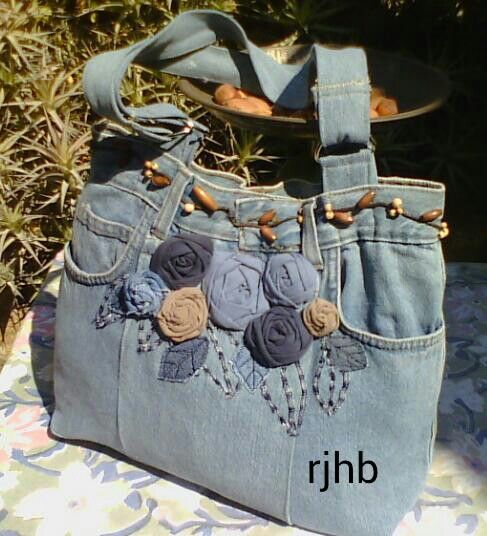 Jeans handbag with T-shirt yarn as flowers.
