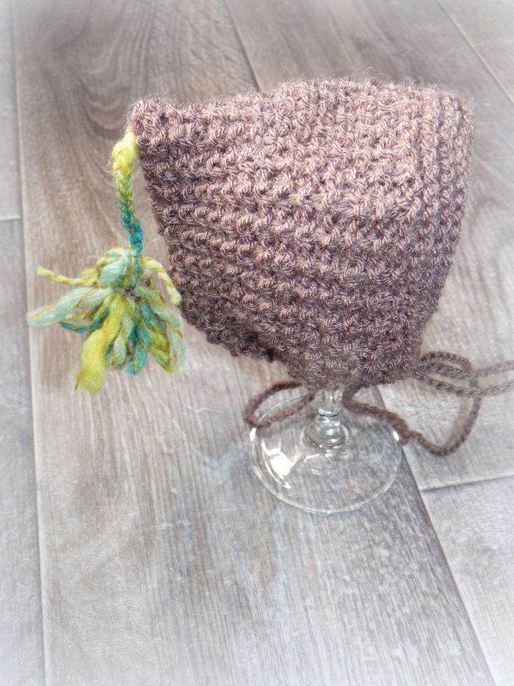 joli béguin taille naissance tricoté main point fantaisie coloris chocolat avec pompon vert/turquoise : Mode Bébé par mysweetbrittany