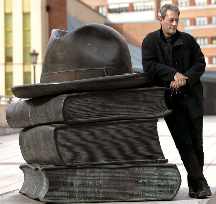 Paul Auster 2006 neben einer Skulptur des Spaniers Eduardo Urculo in Oviedo