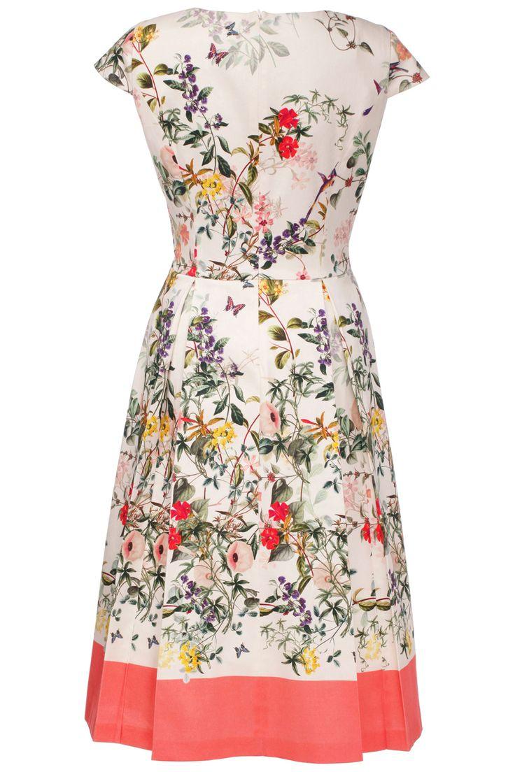 Бренд: Madeleine. Артикул: 353549. Описание: Приталенное платье, подкупающее свежей летней цветовой гаммой и женственным фасоном. Цветочный рисунок в нежной летней расцветке придаёт этому платью необыкновенную лёгкость. Женственный силуэт с широкой летящей юбкой. Современные детали: облегающаяфигуру верхняя часть, круглый вырез горловины и маленькие рукава-крылышки. Встречные складки по талии придают модный в этом сезоне объём. Застёжка–молния на спинке совершенно незаметна.. Параметры…