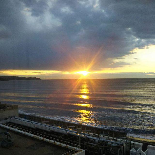 【peteng_peteng】さんのInstagramをピンしています。 《雲の切れ目から辛うじて朝陽が見えた。 #日の出 #朝陽 #朝焼け #sunrise  #イマソラ #空 #雲 #sky #clouds #海 #sea #鴨川 #鴨川シーワールドホテル #170214》