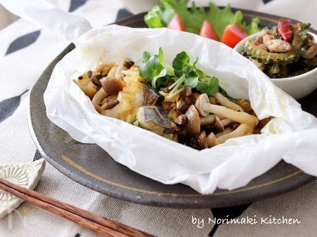 レンジで出来る、簡単&時短のお魚料理です。  クッキングシートにサワラを乗せ、オリーブと玉葱で和えたドレッシングをかけて包むだけとお手軽です♪  オリーブやにんにく使用で魚の臭みも軽減され、また最後に落とすバターがコクを与えてくれます。