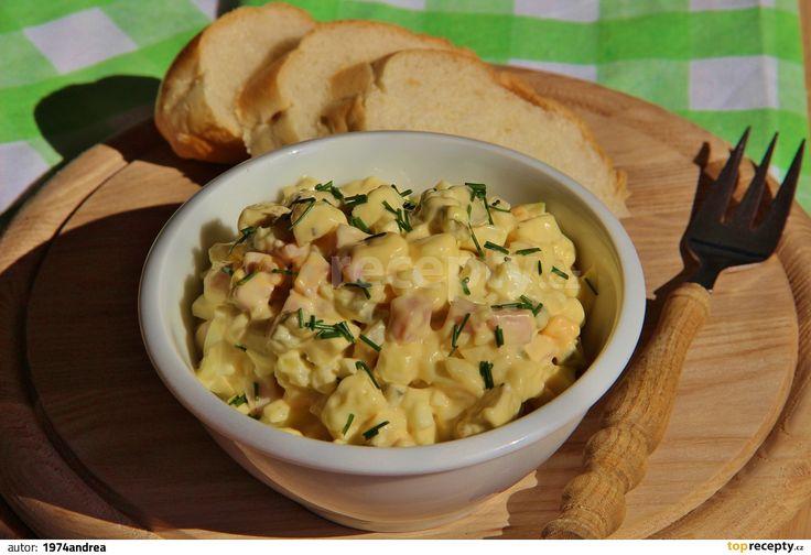 Hermelín, šunku a vejce nakrájíme na kostičky, okurku a cibuli najemno a pažitku posekáme. Smícháme spolu s majonézou, hořčicí, osolíme a...