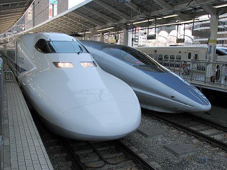Shinkansen; 700系(left)と500系(right)