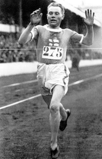 Paavo Nurmi oli suomalainen yhdeksänkertainen kestävyysjuoksun olympiavoittaja. Juoksijoiden kuninkaaksi ja Lentäväksi suomalaiseksi nimetty Nurmi on olympiakultien määrässä mitattuna kesäolympialaisten historian kolmanneksi menestynein olympiaurheilija. (Kuvassa Antwerpenin Olympialaiset vuodelta 1920 )