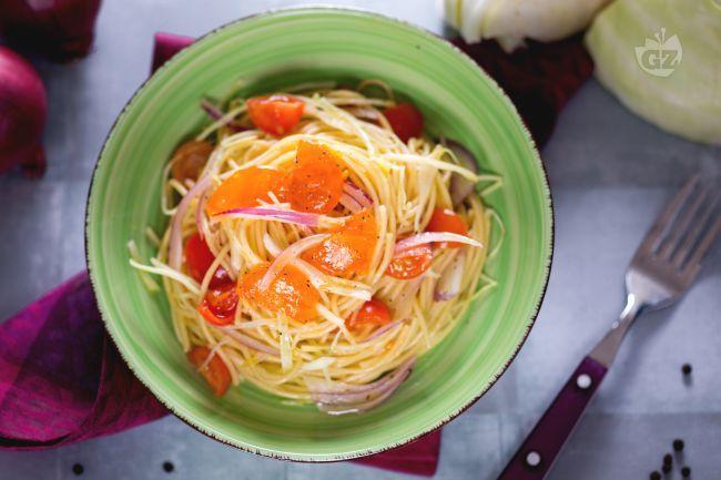 L'insalata di spaghetti con uovo marinato è un primo piatto fresco perfetto per i menu da gourmet preparato con  un tuorlo marinato in sale e zucchero