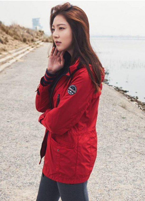 """Gong Seung Yeon is Already Preparing for the Winter with """"CENTER POLE"""" Clothing 