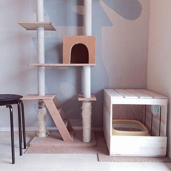 ニオイがこもらないように、天板にすのこを使用。トイレの出し入れがしやすいように、前面はゆとりのある設計。キャットタワーの踏み台としても活躍します。
