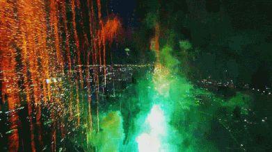 drone entre fogos de artificio