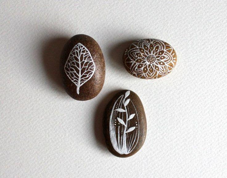 galets-décoratifs-motifs-blancs-mandala-fond-marron