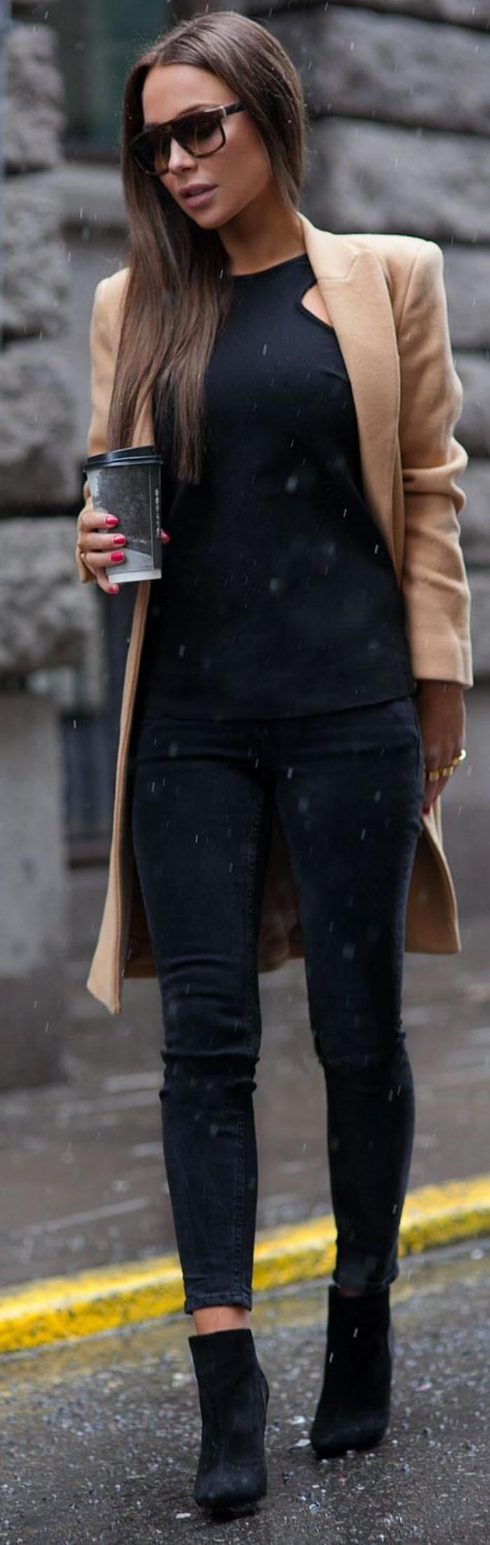manteau camel et outfit noir, le style de la femme contemporaine