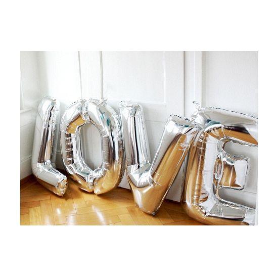 Letter E ballon goud. Een goudkleurige folie ballon in de vorm van de letter E om zelf op te blazen. De ballon is opgeblazen ongeveer 86 cm groot. U kunt de ballon heel gemakkelijk met een ballonpomp opblazen. U kunt de ballon ook zelf vullen met helium welke bij ons in tankjes verkrijgbaar zijn. De ballon wordt dus zonder helium geleverd. Met een helium tank van 30 ballonnen kunt u circa 4 ballonnen vullen en met een helium tank van 50 ballonnen kunt u circa 6 a 7 ballonnen vullen.