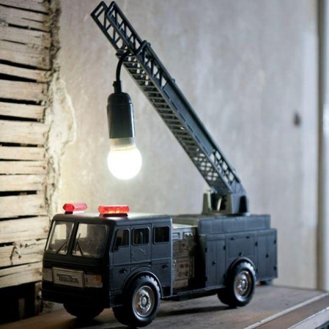 Lume ricavato da un camion dei pompieri giocattolo