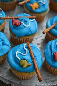 Cute cupcake idea.  A pretzel for fishing rod, white icing for the fishing line, and Goldfish crackers.
