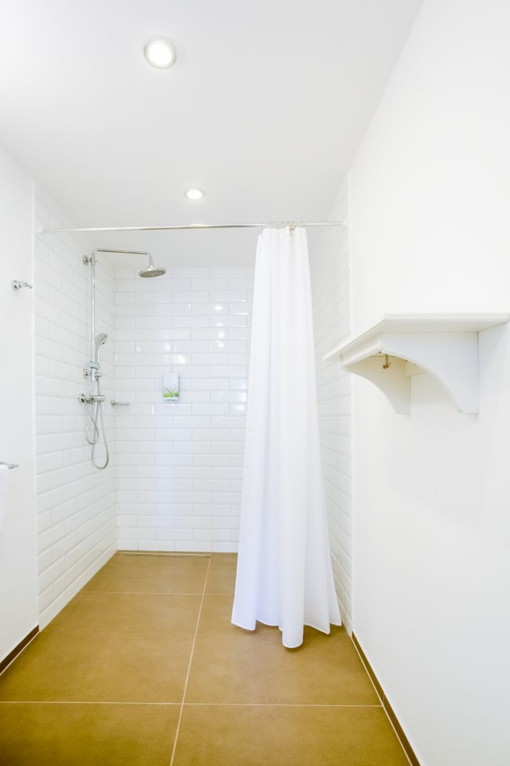 fusion white room -bathroom - design by @Tinquer Interiors  Photo: Jan Prigl Photography