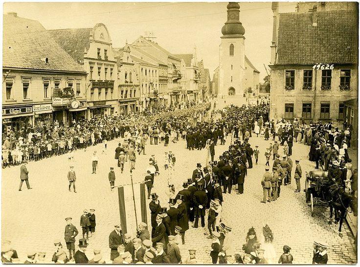 Инстербург. Праздник на рыночной площади, Лютеркирха в центре на заднем плане. Фото ок. 1920 г.