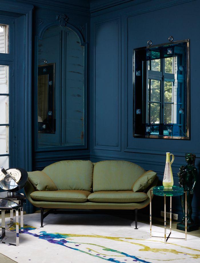 Canapé en tissu, design Jaime Hayon, P 95 x L 175 x H 78 cm, Vico, à partir de 4 080 €, Cassina. Tapis en laine, lin et soie, 200 x 300 cm, Beyond Touch, 995 €/m², Tai Ping.