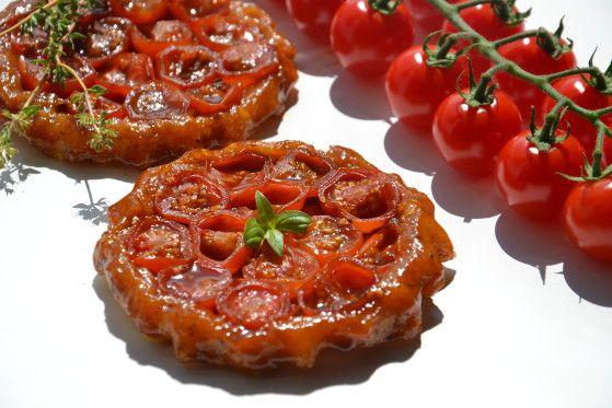 Peut-être l'avez-vous remarqué : j'adore cuisiner la tomate (et la déguster !) sous toutes ses formes. En tartelettes (comme ici, ou là ), en coulis, crue ou cuite, chaude ou froide, qu'elle soit en grappe, cerise, ronde, ovale ou même diforme, rouge,...