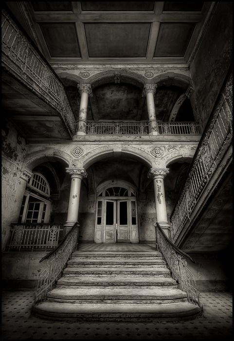 Abandoned Southern Mansion http://illusionsperdues.tumblr.com/page/34