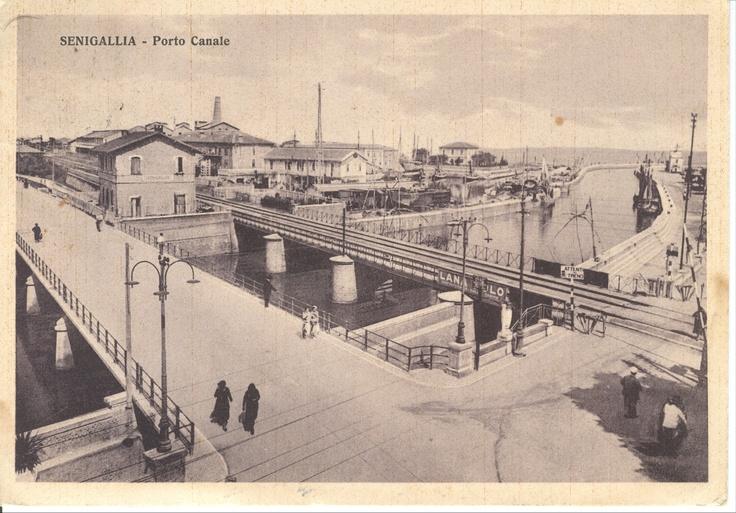 http://upload.wikimedia.org/wikipedia/commons/0/0d/Cartolina-Senigallia-Porto-Canale-Anni-30.jpg