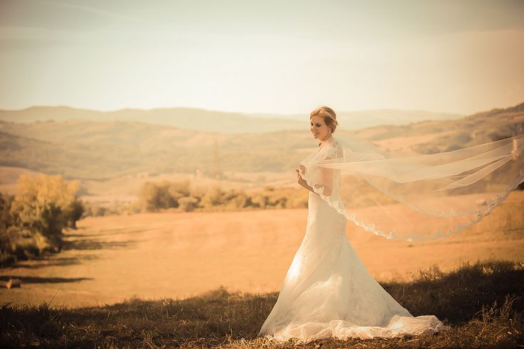 Wedding in Tuscany - Wedding Photography - Wedding Shooting - Destination Wedding Tuscany - Bridal Portrait - Bridal Gown - Tuscan Countryside