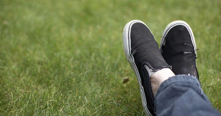 Como tirar manchas de alvejante em sapatos de lona preta. Infelizmente, não dá para remover uma mancha de alvejante. Quando ele respinga em um tecido colorido, ele remove a tinta, deixando o tecido descolorido. Entretanto, nem tudo está perdido. Dependendo do tamanho da mancha, há várias formas de consertá-la na lona preta.