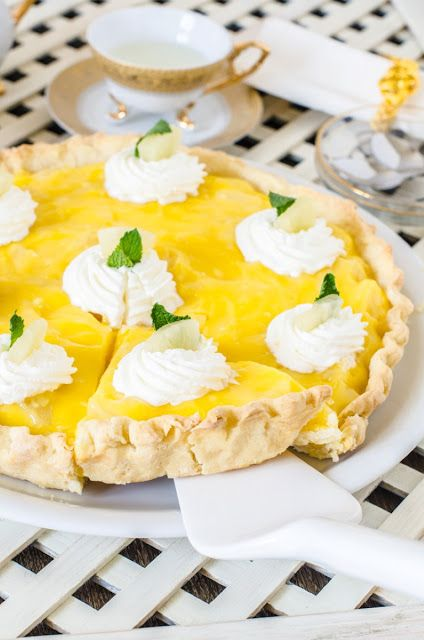 Light and cool tart. With pineapple and mint.