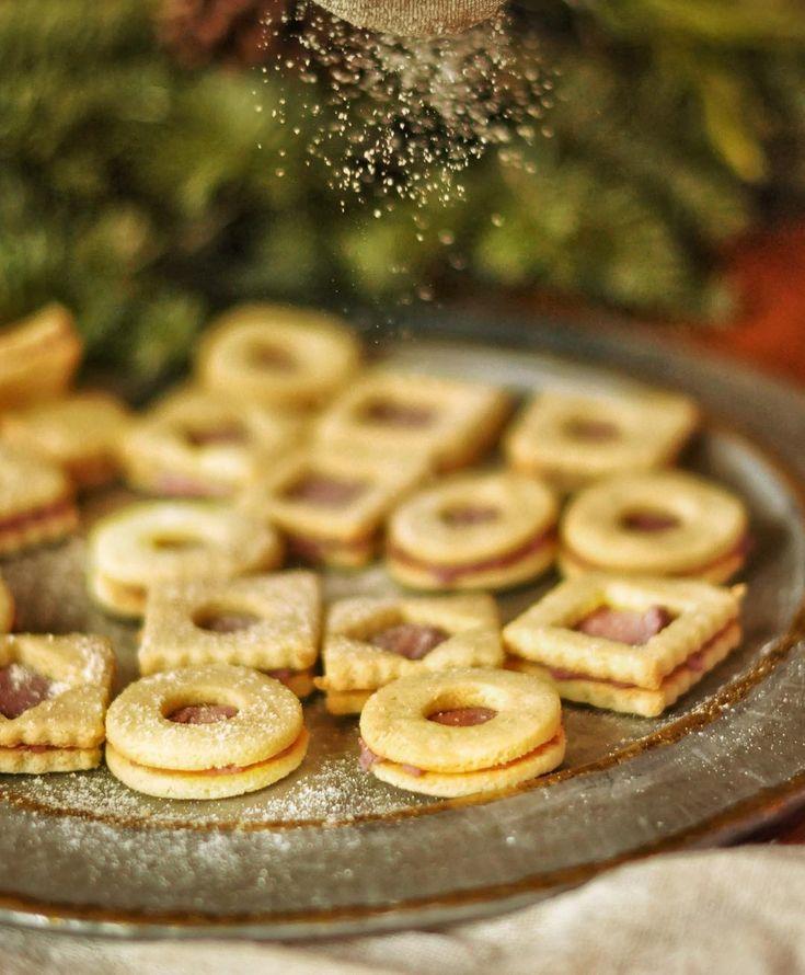 Linecké z mandlové mouky s náplní z kokosového másla s malinami.  https://www.instagram.com/p/BcNZRnMnDRO/  Ještě jsem nezkoušla. Ideální je, když si mandlovou mouku vyrábíte sami z namáčených mandlí kvůli snížení antinutričních látek.