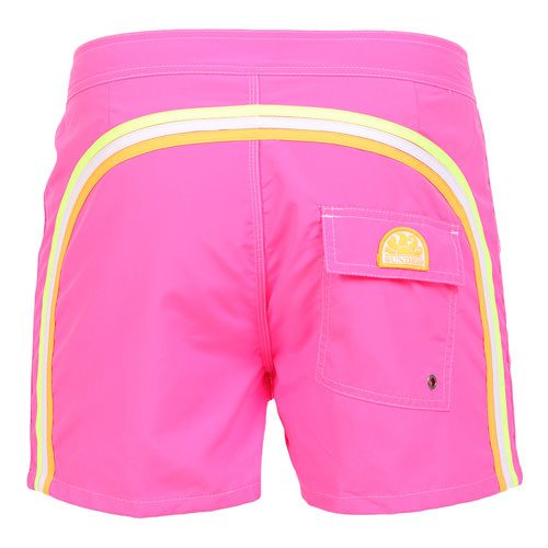 FUXIA MID-LENGHT SWIM SHORTS WITH RAINBOW BANDS Fuxia Nylon Taffeta low rise Boardshorts. Three rainbow bands on the back. Fixed waistband with adjustable drawstring and Velcro closure. Internal net. Back Velcro pocket with Sundek logo detailing. COMPOSITION: 100% NYLON. Model wears size 32 he is 189 cm tall and weighs 86 Kg.