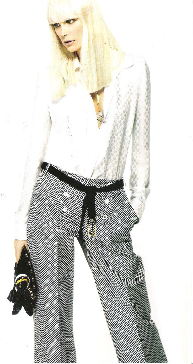 Camisa blanca de seda de Loewe y pantalón de topos de Dior. Cinturón de hebilla dorada de Angel Schlesser y bolso de Marc Jacobs. Imagen de VOGUE ESPAÑA.