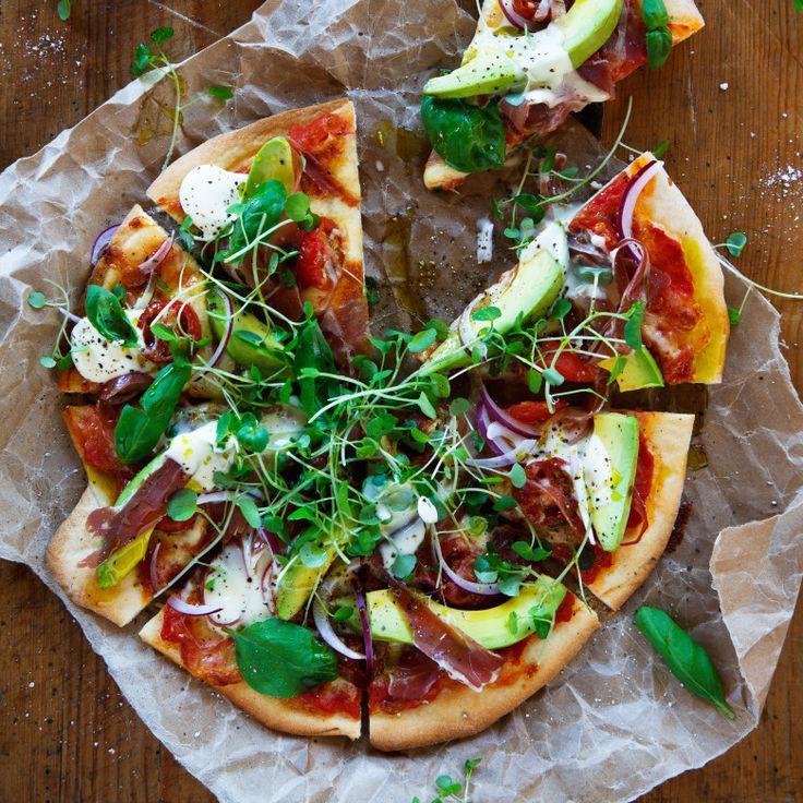 Avocado and prosciutto pizza