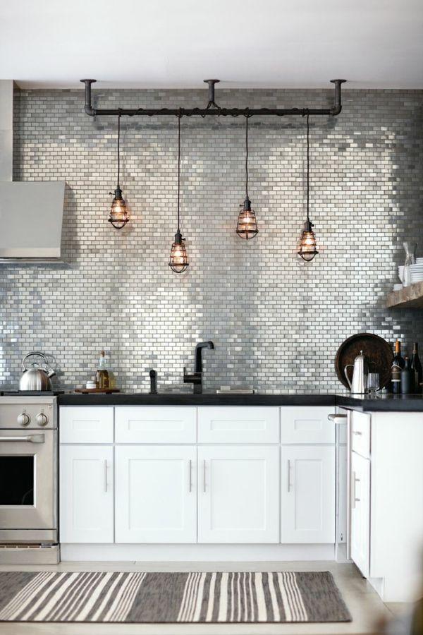 carrelage mural de cuisine en argenté et suspension industrielle