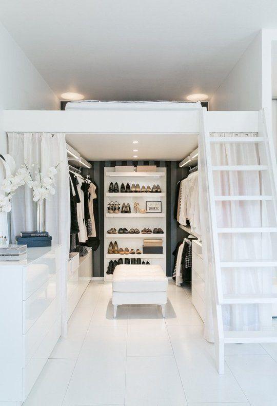 Wohnen Mit Wenig Platz, Galerie Ebene Mit Bett, Darunter Ein Offener  Begehbarer Kleiderschrank.