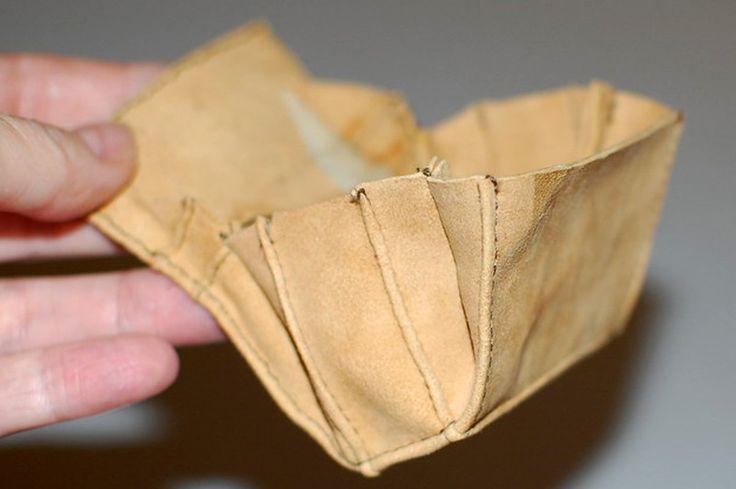 Выкройка простая, но точная, материал - натуральная замша (кожа), плотная бумага, клеящий карандаш, швейная машинка. Прострочить с лицевой стороны, намазать густо клеем бумагу, приклеить на изнанку, завернуть края, отстрочить по сгибу, отогнуть края на изнанку, соединить срезы, стачать 4 уголка,…