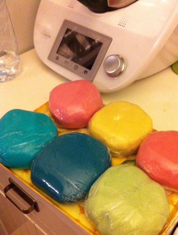 Pasta di sale Bimby, da colorare o lasciare bianca, per far giocare i più piccoli o per l'oggettistica fai da te :) Ingredienti: 100 gr di sale, 200 gr...