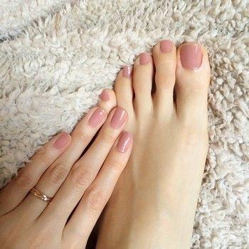 優しい色が女性らしさを引き立てるクリアピンク… 清楚な足元は、男性からも好印象です↑