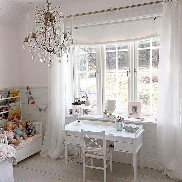 Gardinstång i antikmässing och vackra skira gardiner sitter nu i dotterns rum och hon är så nöjd ... Och jag med. 😊 #gardiner #barnrum